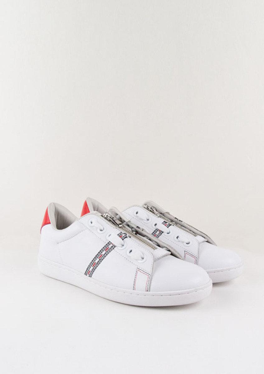 白色電繡波鞋