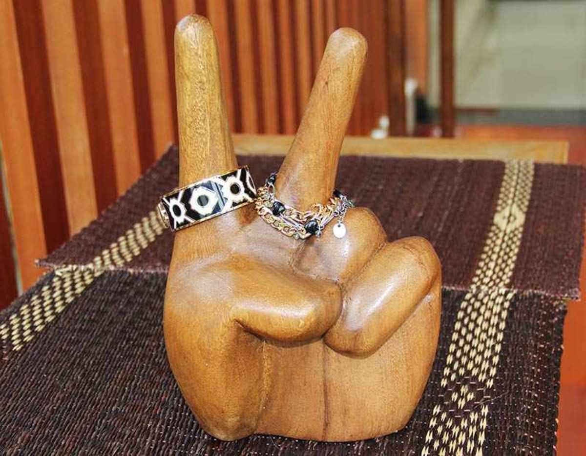 木雕刻 (V形手勢)